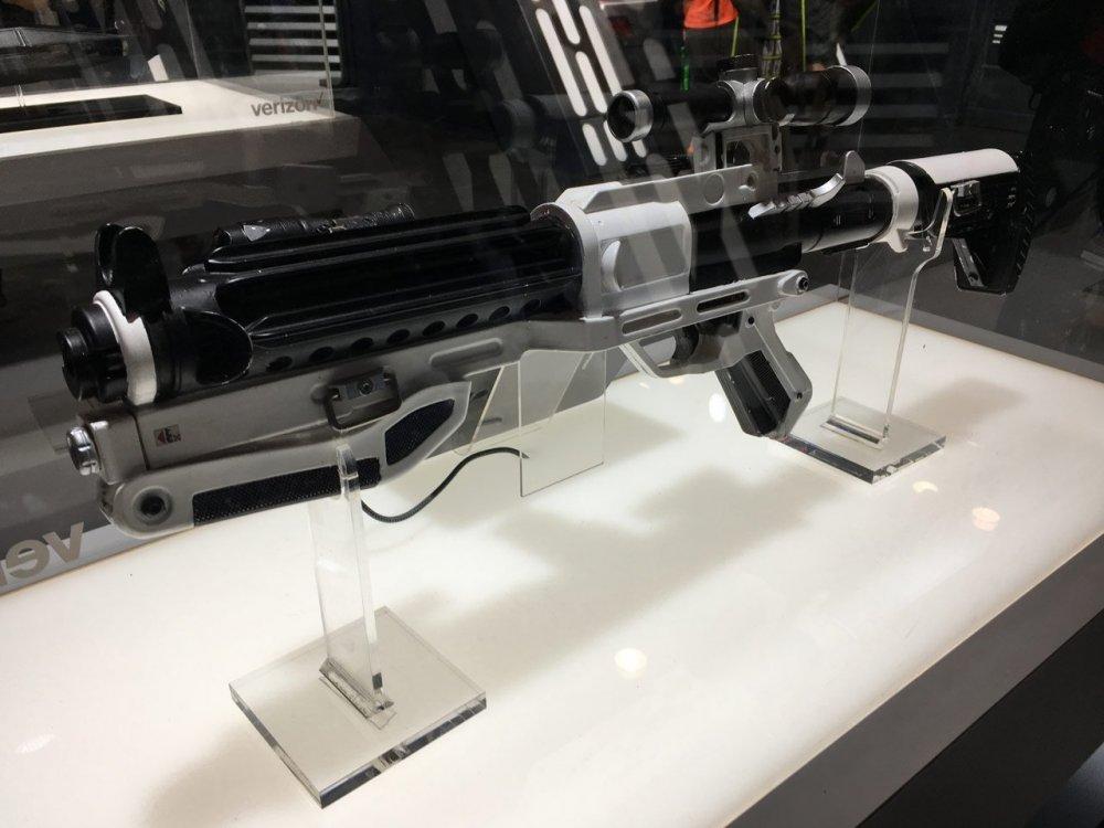 stormtrooper-blaster-last-jedi-2-nycc-2017.thumb.jpg.ac6f23172ecae37add5b970dba151525.jpg